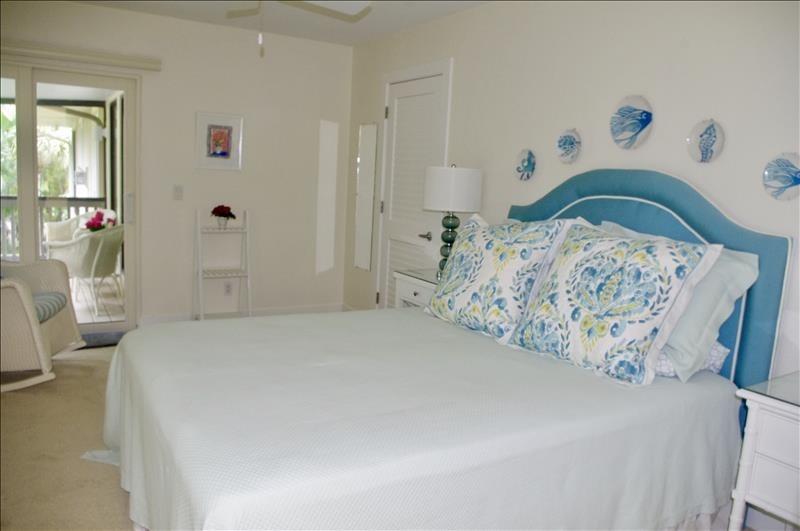 Queen bedroom w/lanai