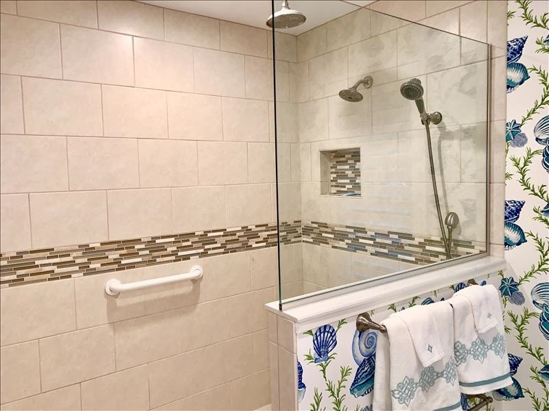 Spacious 3-way shower system