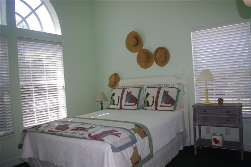 Queen bedroom w/ensuite bath